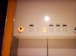 駐車場階がわかりやすいエレベーター表示
