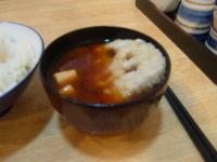 天ぷらをみそ汁に入れて食べる