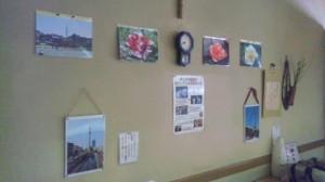 テーブル席側の壁に展示している写真(別角度)