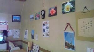 テーブル席側の壁に展示している写真